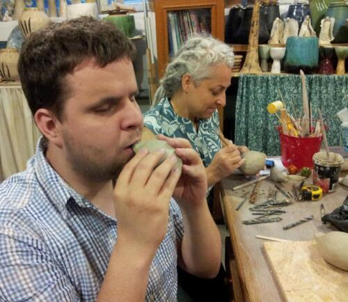 Tomek Bilecki i Klementyna Kot przy strojeniu okaryn