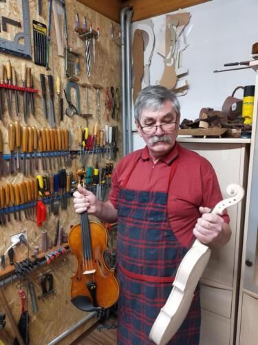 skrzypce białe i skrzypce uzbrojone